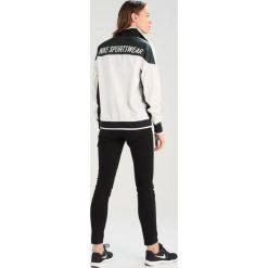 Nike Sportswear ARCHIVE Kurtka sportowa sail/outdoor green/black. Zielone kurtki damskie turystyczne marki Nike Sportswear, xs, z materiału. W wyprzedaży za 279,20 zł.