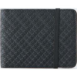 Portfel z wypukłym wzorem i gumką. Czarne portfele męskie Pull&Bear. Za 59,90 zł.