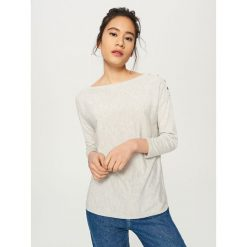 Sweter z guzikami - Jasny szar. Białe swetry klasyczne damskie marki Reserved, l. W wyprzedaży za 39,99 zł.