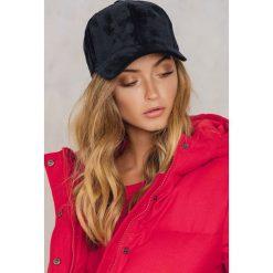 Rut&Circle Aksamitna czapka Sharon - Black. Czarne czapki z daszkiem damskie marki INOVIK, z elastanu. W wyprzedaży za 21,98 zł.