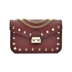 Skórzana torebka w kolorze bordowym - (S)22 x (W)15 x (G)7 cm. Czerwone torebki klasyczne damskie Akcesoria na sylwestrową noc, z materiału. W wyprzedaży za 209,95 zł.