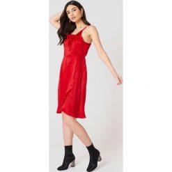 Rut&Circle Sukienka z falbanką Hanna - Red. Brązowe sukienki z falbanami marki Mohito, l, z kopertowym dekoltem, kopertowe. Za 161,95 zł.