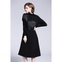 Sukienka w kolorze czarnym. Czarne sukienki marki Zeraco, ze stójką, midi. W wyprzedaży za 349,95 zł.