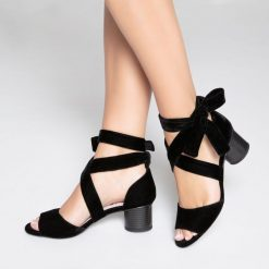 Rzymianki damskie: Sandały welurowe z troczkami przy kostce