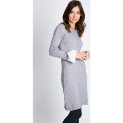 Szara swetrowa sukienka z mankietem QUIOSQUE. Szare sukienki na komunię marki QUIOSQUE, na imprezę, z tkaniny, z długim rękawem, midi. W wyprzedaży za 49,99 zł.