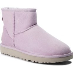 Buty UGG - W Classic Mini II 1016222 W/Lrfg. Fioletowe buty zimowe damskie Ugg, ze skóry, na niskim obcasie. Za 709,00 zł.