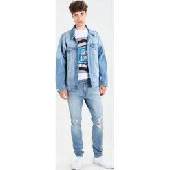 Hollister Co. Jeansy Slim Fit light destroy. Niebieskie jeansy męskie Hollister Co. W wyprzedaży za 161,85 zł.