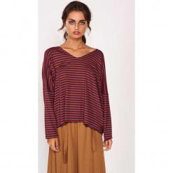 Koszulka w kolorze czerwono-fioletowym ze wzorem. Czerwone bluzki nietoperze Dioxide, s, w paski, z długim rękawem. W wyprzedaży za 79,95 zł.
