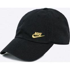 Nike Sportswear - Czapka. Różowe czapki z daszkiem damskie marki Nike Sportswear, l, z nylonu, z okrągłym kołnierzem. W wyprzedaży za 69,90 zł.