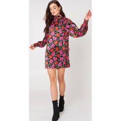 MANGO Sukienka w kwiaty - Multicolor. Szare sukienki na komunię marki Mango, na co dzień, l, z tkaniny, casualowe, z dekoltem halter, na ramiączkach, midi, rozkloszowane. W wyprzedaży za 70,98 zł.