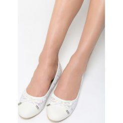 Białe Balerinki One Desire. Białe baleriny damskie lakierowane Born2be, ze skóry, na płaskiej podeszwie. Za 44,99 zł.