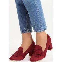 Bordowe Czółenka Merrick. Czerwone buty ślubne damskie marki Born2be, w paski, ze skóry, z okrągłym noskiem, na słupku. Za 39,99 zł.