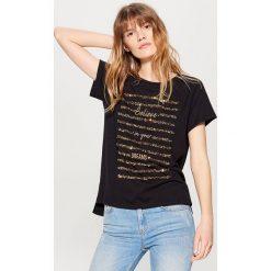 T-shirty damskie: Koszulka z napisem i cekinową aplikacją – Czarny