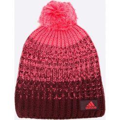 Adidas Performance - Czapka. Czerwone czapki zimowe damskie marki adidas Performance, z dzianiny. W wyprzedaży za 49,90 zł.