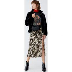Futrzana kurtka na suwak. Czarne kurtki damskie marki Pull&Bear, z futra. Za 139,00 zł.