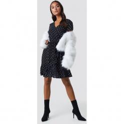 Trendyol Sukienka midi z paskiem - Black. Sukienki małe czarne marki Trendyol, na co dzień, z elastanu, casualowe, dopasowane. Za 121,95 zł.