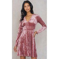Sukienki: NA-KD Party Aksamitna sukienka z dekoltem V – Pink