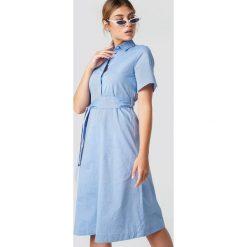 MANGO Sukienka Carpas - Blue. Szare sukienki mini marki Mango, na co dzień, l, z tkaniny, casualowe, z dekoltem halter, na ramiączkach, rozkloszowane. W wyprzedaży za 127,37 zł.