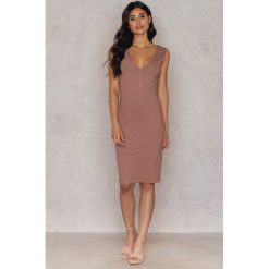 Sukienki hiszpanki: Hannalicious x NA-KD Sukienka z dekoltem w serek – Pink