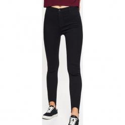 Jeansy HIGH WAIST - Czarny. Niebieskie spodnie z wysokim stanem marki Reserved, z podwyższonym stanem. W wyprzedaży za 39,99 zł.