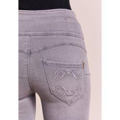 Patrizia Pepe Jeans Skinny Fit light grey. Szare jeansy damskie marki Patrizia Pepe. W wyprzedaży za 394,50 zł.