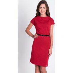 Czerwona prosta sukienka z paskiem QUIOSQUE. Czerwone sukienki dzianinowe QUIOSQUE, do pracy, w paski, biznesowe, ze stójką, z krótkim rękawem, mini, proste. W wyprzedaży za 59,99 zł.