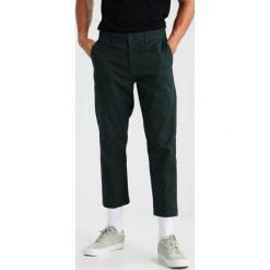Chinosy męskie: Obey Clothing STRAGGLER FLOODED  Chinosy forest green