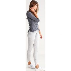 True Religion HALLE Jeans Skinny Fit grey denim. Szare boyfriendy damskie True Religion, z bawełny. W wyprzedaży za 607,20 zł.