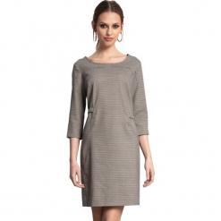 Sukienka w kolorze szarym. Szare sukienki marki Almatrichi, s, z okrągłym kołnierzem, midi, proste. W wyprzedaży za 189,95 zł.