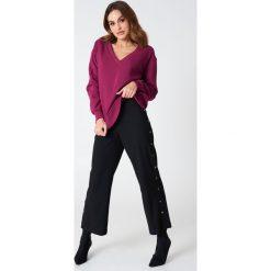 NA-KD Basic Bluza basic z dekoltem V - Purple. Różowe bluzy damskie marki NA-KD Basic, prążkowane. Za 100,95 zł.
