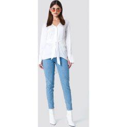 Sahara Ray x NA-KD Satynowa koszula oversize z wiązaniem - White. Białe koszule wiązane damskie marki Sahara Ray x NA-KD, z poliesteru, z długim rękawem. W wyprzedaży za 99,37 zł.