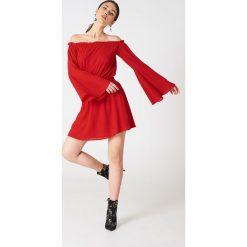 NA-KD Boho Sukienka z odkrytymi ramionami i szerokim rękawem - Red. Niebieskie sukienki boho marki NA-KD Boho, na imprezę, w koronkowe wzory, z koronki, na ramiączkach, mini. Za 80,95 zł.