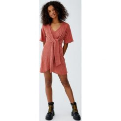 Sukienka z muślinu z węzłem. Szare sukienki z falbanami Pull&Bear. Za 89,90 zł.