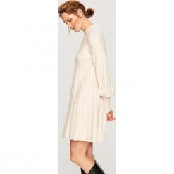 Dzianinowa sukienka - Kremowy. Białe sukienki dzianinowe marki Reserved, l. Za 159,99 zł.