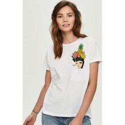 T-shirt z aplikacją - Biały. Białe t-shirty damskie Sinsay, l, z aplikacjami. Za 39,99 zł.
