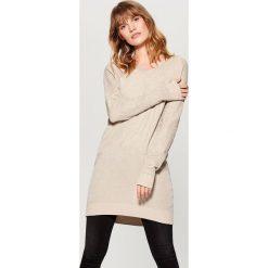 Długi sweter - Beżowy. Brązowe swetry klasyczne damskie marki Mohito, l. W wyprzedaży za 79,99 zł.