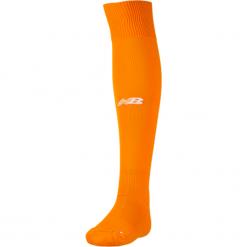 Getry piłkarskie - WSAM540OGP. Pomarańczowe skarpetogetry piłkarskie New Balance, z elastanu. W wyprzedaży za 29,99 zł.