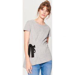 Koszulka z wiązaniem w talii - Jasny szar. Szare t-shirty damskie marki Mohito, l. W wyprzedaży za 29,99 zł.
