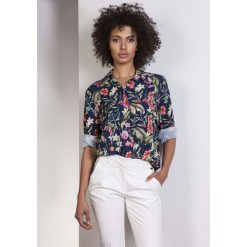 Koszula Oversize z Kieszeniami w Kwiaty. Niebieskie koszule jeansowe damskie marki Molly.pl, l, w kwiaty, biznesowe, z długim rękawem. Za 118,90 zł.