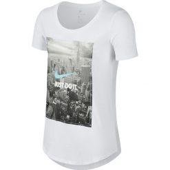 KOSZULKA W NSW TEE PHOTO JDI BF. Białe bluzki z odkrytymi ramionami Nike, z nadrukiem, z bawełny, z krótkim rękawem. Za 56,99 zł.