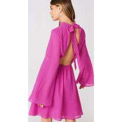 Sukienki hiszpanki: Andrea Hedenstedt x NA-KD Sukienka z wycięciem – Pink