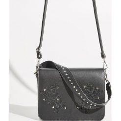 Torebka z tłoczonym motywem - Czarny. Czarne torebki klasyczne damskie Sinsay, z tłoczeniem. Za 69,99 zł.