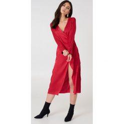 NA-KD Boho Żakardowa sukienka kopertowa z satyny - Red. Niebieskie sukienki boho marki NA-KD Boho, na imprezę, w koronkowe wzory, z koronki, na ramiączkach, mini. W wyprzedaży za 48,59 zł.