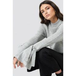 Rut&Circle Sweter z wiązaniami Vera - Grey. Szare golfy damskie marki Vila, l, z dzianiny, z okrągłym kołnierzem. Za 121,95 zł.