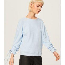 Sweter z wiązanymi rękawami - Niebieski. Niebieskie swetry klasyczne damskie marki Reserved, l. W wyprzedaży za 29,99 zł.
