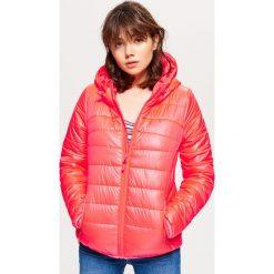 Pikowana kurtka - Różowy. Czerwone kurtki damskie pikowane marki Cropp, l. W wyprzedaży za 49,99 zł.