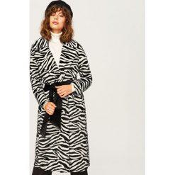 Płaszcz ze zwierzęcym motywem - Wielobarwn. Białe płaszcze damskie marki Reserved, l, z dzianiny. Za 299,99 zł.