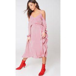 NA-KD Sukienka z dekoltem V i wycięciami na ramionach - Pink. Niebieskie długie sukienki marki Reserved, z odkrytymi ramionami. W wyprzedaży za 142,07 zł.