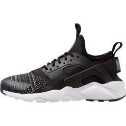 Nike Sportswear AIR HUARACHE RUN ULTRA SE (GS) Tenisówki i Trampki black/cool grey/anthracite/wolf grey. Czarne buty sportowe chłopięce Nike Sportswear, z materiału. Za 459,00 zł.
