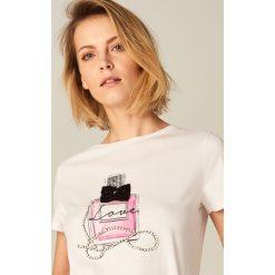 Bawełniana koszulka z aplikacją - Kremowy. Białe t-shirty damskie Mohito, l, z aplikacjami, z bawełny. Za 59,99 zł.